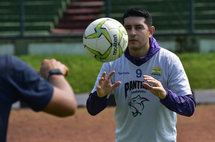 Gelandang naturalisasi asal Argentina, Esteban Vizcarra mulai bergabung dalam sesi latihan Persib.