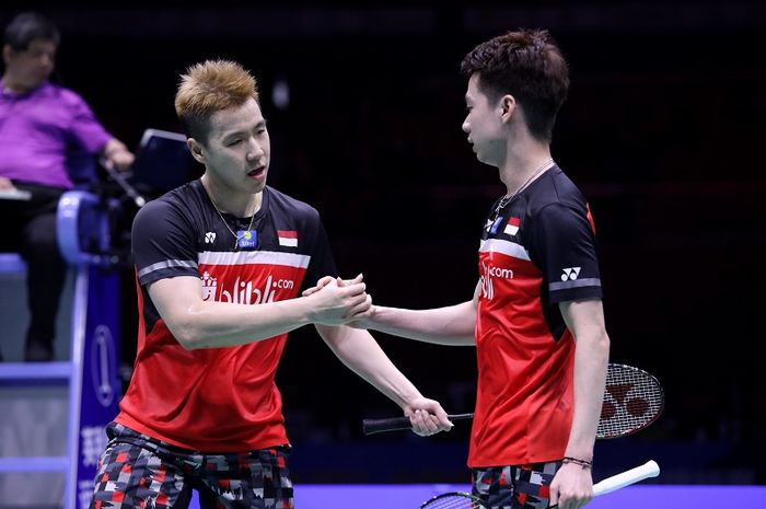 Pasangan ganda putra Indonesia, Marcus Fernaldi Gideon/Kevin Sanjaya Sukamuljo, bersalaman setelah memastikan diri ke final Kejuaraan Asia 2019 di Wuhan Sports Center Gymnasium, China, Sabtu (27/4/2019).