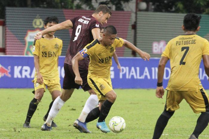 Kapten Bhayangkara FC, Indra Kahfi Ardhiyaksa, berduel dengan striker PSM Makassar, Eero Markkanen di babak perempat final Piala Indonesia, Sabtu (27/4/2019).