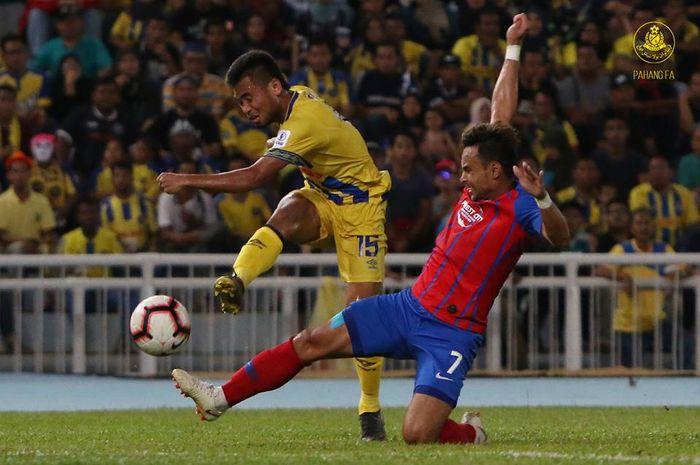 Pemain Pahang FA, Saddil Ramdani yang coba dihentikan gelandang Johor Darul Takzim, Aidil Zafuan (7) pada pekan ke-11 Liga Super Malaysia 2019 di Stadion Darul Makmur, Kuantan, 28 April 2019.