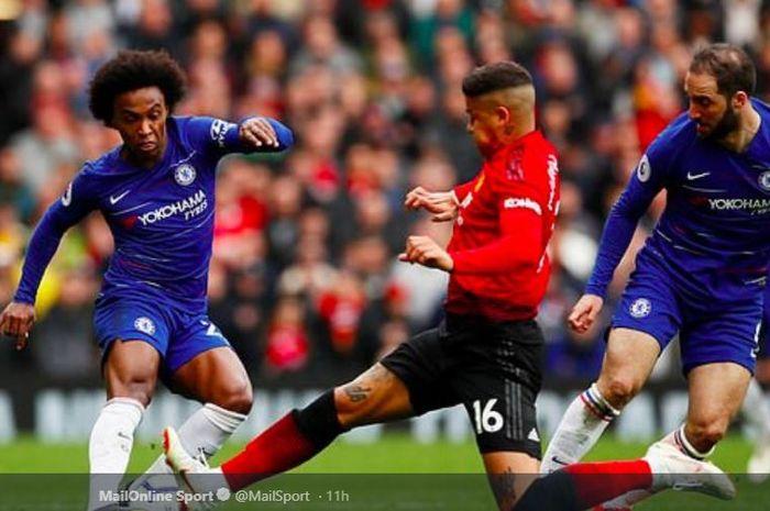 Bek Manchester United, Marcos Rojo, menerjang winger Chelsea, Willian, dalam laga pekan ke-36 Liga Inggris di Stadion Old Trafford, 28 Apil 2019.