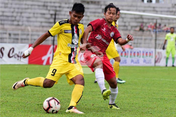 Pemain Sarawak FA asal Indonesia, Rian Firmansyah mencoba menghentikan aksi pilar PDRM FA, Shahurain Abu Samah (9) pada laga Liga Premier Malaysia 2019 di Stadion Negeri Sarawak, 27 April 2019.