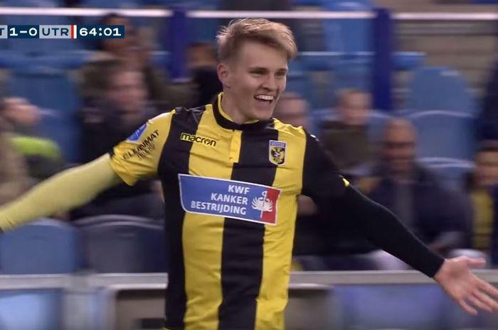Pemain pinjaman Real Madrid yang dipinjamkan ke Vitesse, Martin Odegaard, merayakan gol via free kick ke gawang Utrecht pada 11 November 2018.