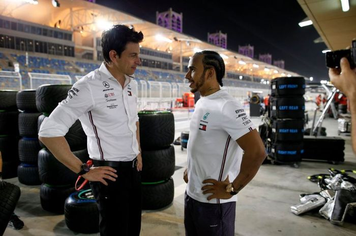 Bos Mercedes, Toto Wolff (kiri) tengah berdiskusi dengan Lewis Hamilton (kanan) pada GP F1 Bahrain.
