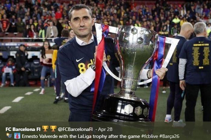 Ernesto Valverde mengangkat trofi Liga Spanyol usai Barcelona mengalahkan Levante