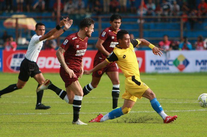 Wasit Nusur Fadilah memimpin jalannya pertandingan Bhayangkara FC kontra PSM Makassar.
