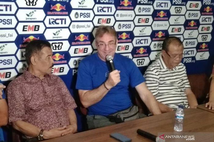 Pelatih baru Persib Bandung, Robert Rene Alberts, memberikan keterangan saat sesi perkenalan pada 3 Mei 2019.