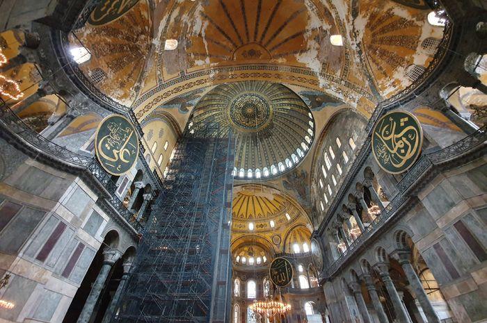 bagian dalam dari Hagia Sophia, salah satu destinasi andalan Turki. Sejak 1935 hingga kini, Pemerintah Turki menjadikan Hagia Sophia sebagai museum.