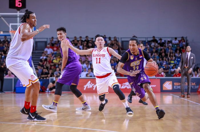 Aksi dribble point guard CLS Knights Indonesia, Arif Hidayat (pegang bola), saat menembus pertahanan Singapore Slingers dalam laga final pertama ABL 2018/19, Jumat (3/5/2019)
