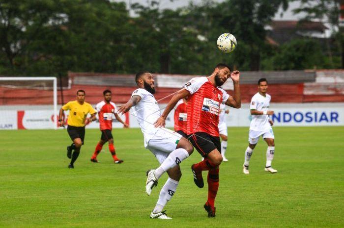 Pesepak bola Kalteng Putra FC Rafael De Jesus (ketiga kiri) berebut bola dengan pesepak bola Persipura Jayapura Luis Carlos Rocha Da Silva (kedua kanan) saat Laga Piala Presiden 2019 di Stadion Moch. Soebroto, Kota Magelang, Jawa Tengah, Sabtu (16/3/2019).