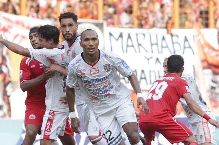 Bek Bali United, Leonard Tupamahu, saat melawan Persija Jakarta pada leg kedua babak perempat final Piala Indonesia 2018 di Stadion Wibawa Mukti, 5 Mei 2019.