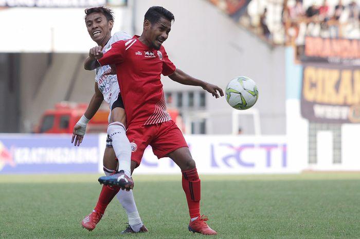 Pemain Persija Jakarta, Ramdani Lestaluhu berebut bola dengan pemain Bali United, Fadil pada Kratingdaeng Piala Indonesia di Stadion Wibawa Mukti, Cikarang, Jawa Barat, Minggu (5/4/2019) dalam laga tersebut persija menang melawan Bali United dengan skor 1-0. Warta Kota/Feri Setiawan