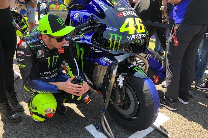 Pembalap Monster Energy Yamaha, Valentino Rossi, bersiap di grid start MotoGP Spanyol 2019, Minggu (5/5/2019).