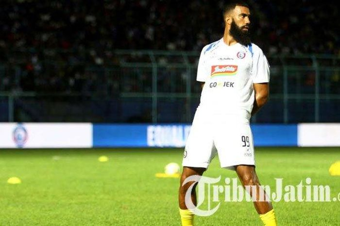 Striker Arema FC, Sylvano Comvalius, mengenakan jersey tandang Arema FC yang berwarna putih dalam launching jersey Arema FC di Stadion Kanjuruhan Kepanjen, Kabupaten Malang, Sabtu (4/5/2019).