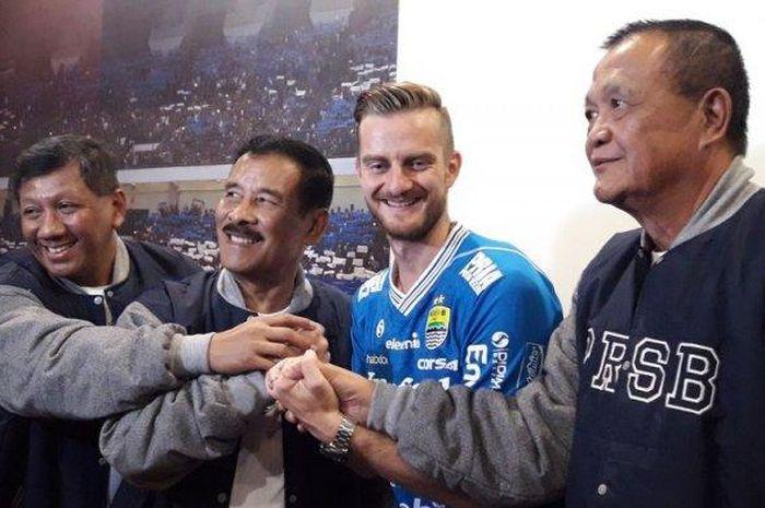 Pemain asal Slovenia, Rene Mihelic, resmi diperkenalkan sebagai penggawa Persib Bandung di Graha Persib, Jalan Sulanjana, Kota Bandung, Selasa (7/5/2019)