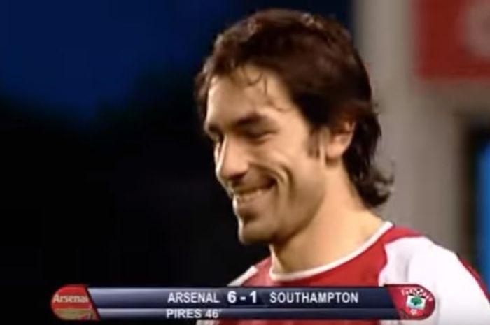 Gelandang serang Arsenal, Robert Pires, semringah seusai mencetak gol ke gawang Southampton pada 7 Mei 2003 di Stadion Higbury, London.
