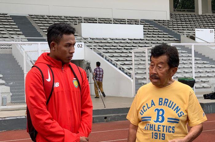 Atlet lari Indonesia, Lalu Muhammad Zohri, dan ketua PB PASI, Bob Hasan, di Lapangan Madya, Senayan, Jakarta, Selasa (7/5/2019).