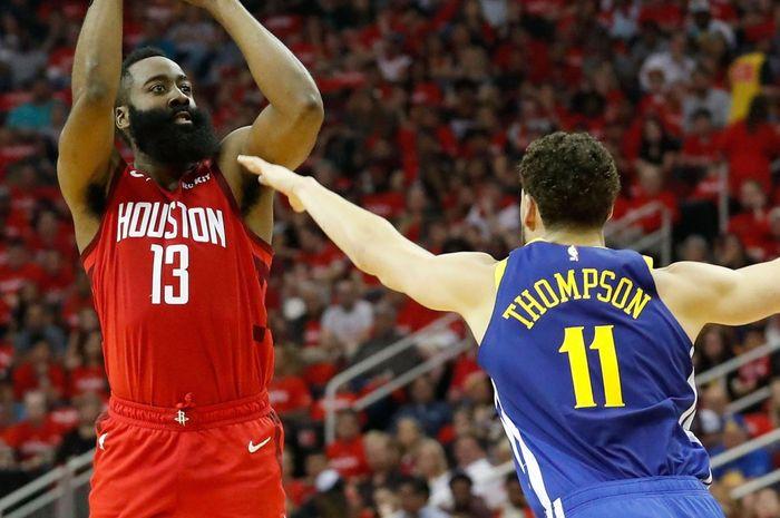 Pemain Houston Rockets, James Harden (kiri) berhadapan dengan Klay Thompson (Warriors) pada gim keempat semifinal Wilayah Barat Play-off NBA 2019, di Toyota Center, Houston, Senin (6/5/2019).