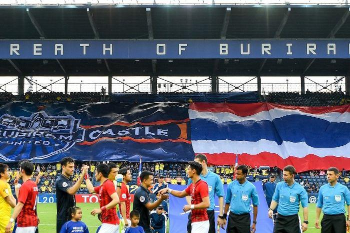 Para pemain Buriram United menyalami pilar Urawa Reds (merah) jelang laga Liga Champions Asia 2019 di Chang Arena pada 7 Mei 2019.