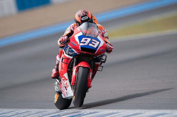 Marc Marquez menggunakan motor berwarna merah pada uji coba di Sirkuit Jerez, Senin (6/5/2019).