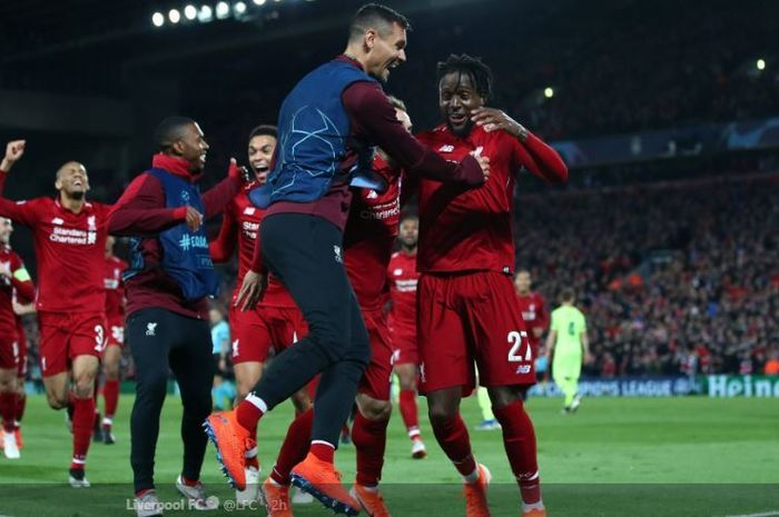Divok Origi (kanan) dan Dejan Lovern merayakan kemenangan Liverpool atas Barcelona bersama rekan-rekannya, dalam laga leg kedua semifinal Liga Champions di Stadion Anfield, 7 Mei 2019.