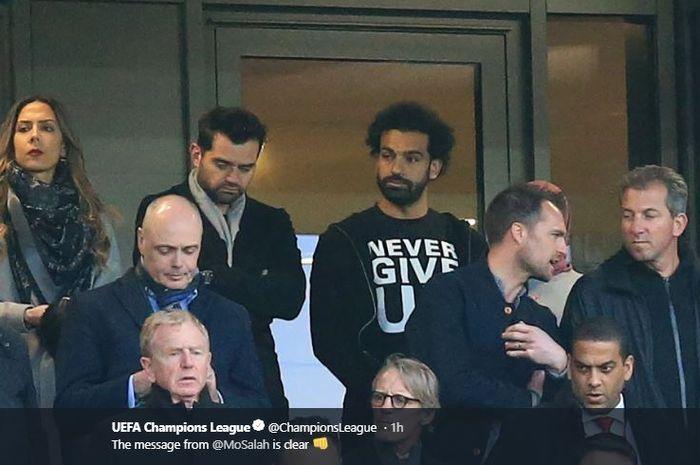 Winger Liverpool, Mohamed Salah, menyaksikan rekan-rekannya berlaga melawan FC Barcelona dalam laga leg kedua semifinal Liga Champions di Stadion Anfield, 7 Mei 2019.