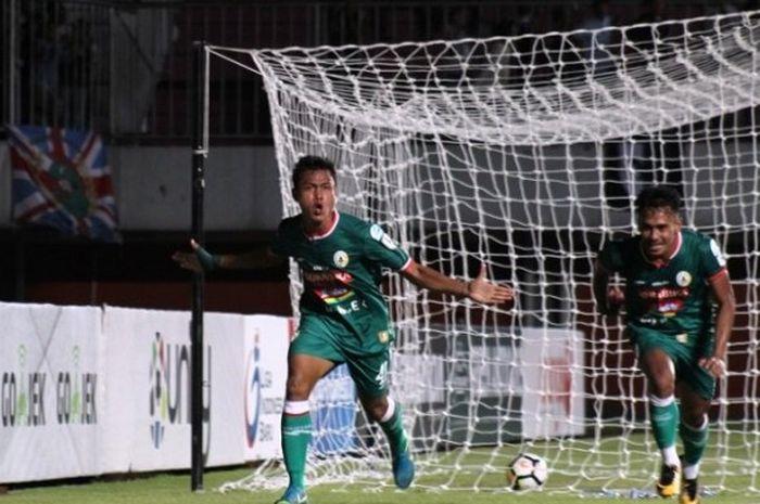 Pemain PSS Sleman, Slamet Budiono, merayakan gol yang dicetaknya ke gawang Persiwa Wamena di Stadion Maguwoharjo, Sleman di Liga 2 2018.