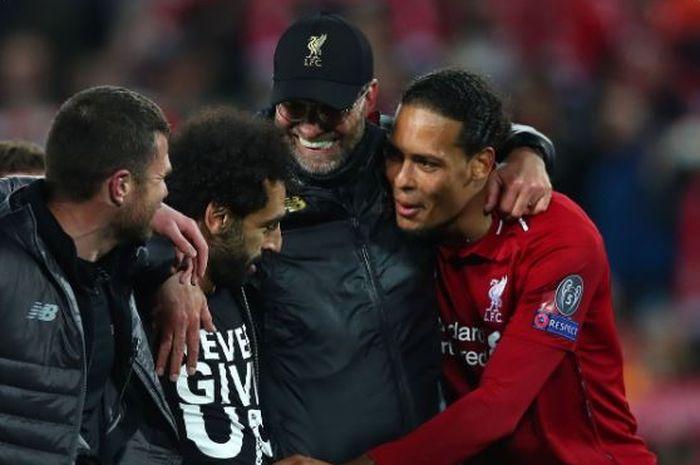 Virgil van Dijk, Juergen Klopp, dan Mohamed Salah merayakan keberhasilan Liverpool melaju ke final Liga Champions usai mengalahkan Barcelona dalam laga leg kedua semifinal di Stadion Anfield, Selasa (7/5/2019).