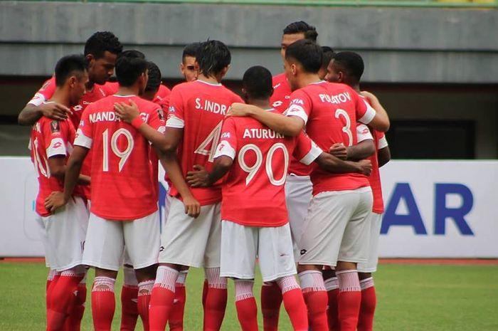 Para pemain Semen Padang FC saat akan melakoni laga kontra Bali United pada turnamen pra-musim Piala Presiden 2019 di Stadion Patriot, Kota Bekasi, 11 Maret 2019.
