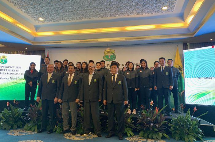 Ketua PB PBSI Wiranto berpose bersama para pengurus PBSI dan anggota tim Indonesia untuk Piala Sudirman 2019 di Senayan, Jakarta, Sabtu (11/5/2019).
