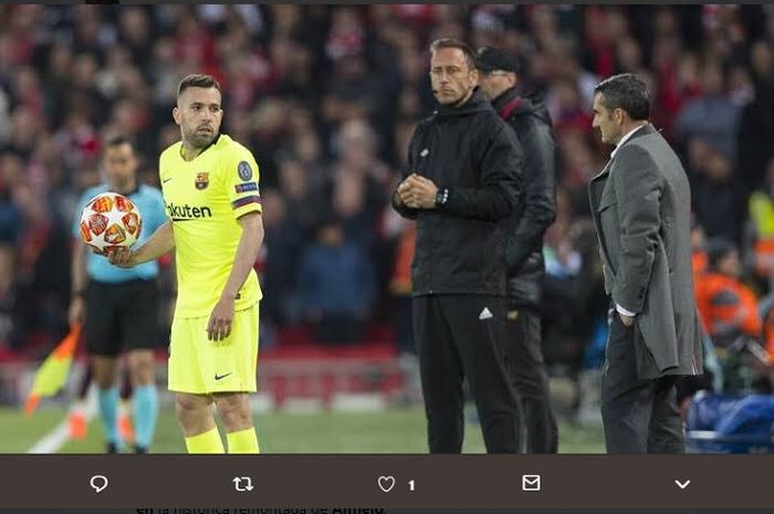 Jordi Alba saat mendengar instruksi pelatih Barcelona, Ernesto Valverde dalam pertandingan semifinal Liga Champions leg kedua melawan Liverpool di Stadion Anfield.