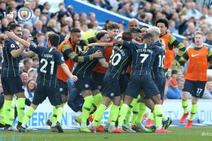 Para pemain Manchester City merayakan gol yang dicetak ke gawang Brighton & Hove Albion dalam laga Liga Inggris di Stadion Amex, Minggu (12/5/2019).