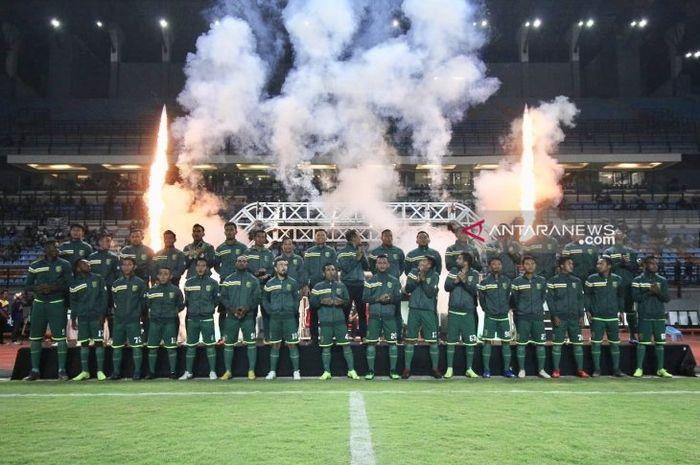 Tim pelatih dan pemain Persebaya Surabaya saat diperkenalkan di Stadion Gelora Bung Tomo, Surabaya, pada 11 Mei 2019.
