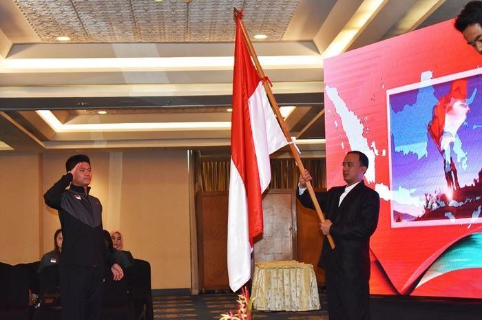 Pebulu tangkis ganda campuran Indonesia, Praveen Jordan, menjalani prosesi pelantikan tim Piala Sudirman 2019 di Hotel Century, Senayan, Jakarta, Sabtu (11/5/2019).