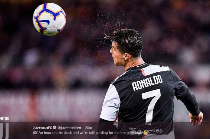 Megabintang Juventus, Cristiano Ronaldo, beraksi dalam laga Liga Italia melawan AS Roma di Stadion Olimpico, Minggu (12/5/2019).