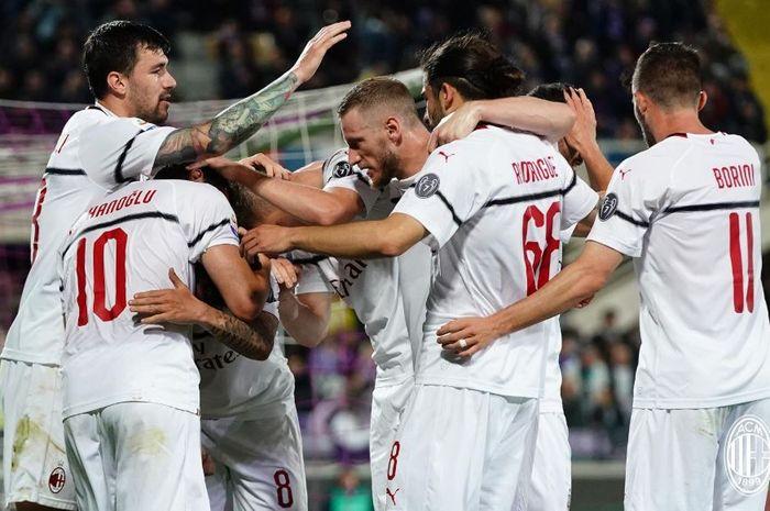 Para pemain AC Milan merayakan gol yang dicetak oleh Hakan Calhanoglu (kiri) dalam laga Liga Italia melawan Fiorentina di Stadion Artemio Franchi, Sabtu (11/5/2019).