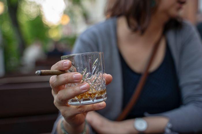 Ilustrasi wanita merokok dan mengonsumsi alkohol