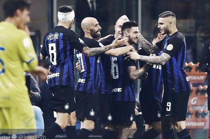 Para pemain Inter Milan merayakan gol yang dicetak ke gawang Chievo dalam laga Liga Italia di Stadion Giuseppe Meazza, Senin (13/5/2019).