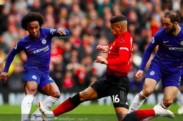 Bek Manchester United, Marcos Rojo, menerjang kaki winger Chelsea, Willian, pada laga pekan ke-36 Liga Inggris di Stadion Old Trafford, 28 April 2019.