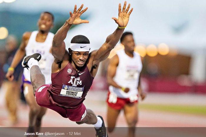 Atlet lari halang rintang, Infinite Tucker, melakukan gerakan terbang untuk mencapai finis dalam perlombaan Southeastern Conference (SEC) Track and Field Championships pada Minggu (12/5/2019) di Amerika Serikat.