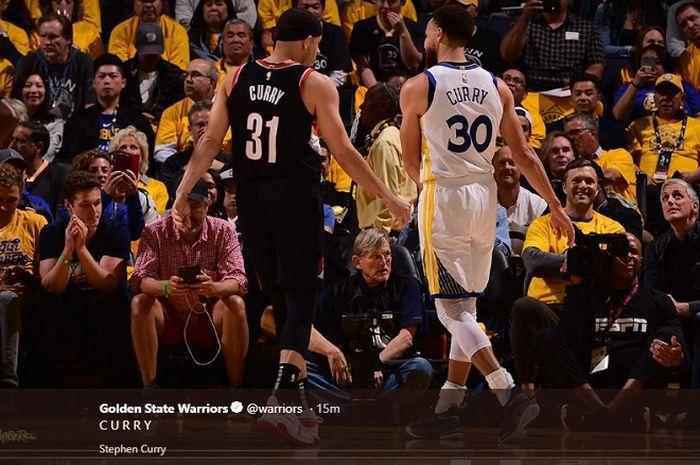 Seth Curry (kiri) dan Stephen Curry (kanan) saat saling berhadapan pada laga pertama final wilayah barat NBA yang mempertemukan Golden State Warriors kontra Portland Trail Blazers, Rabu (15/5/2019) WIB.