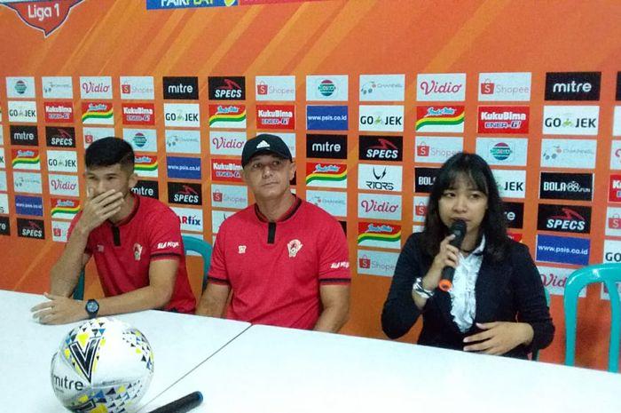 Pelatih Kalteng Putra, Gomes de Oliveira, bersama Kevin Gomes pada sesi konferensi pers jelang laga pertama mereka di Liga 1 2019 kontra PSIS Semarang, Rabu (15/5/2019) di Stadion Moch Soebroto, Magelang.