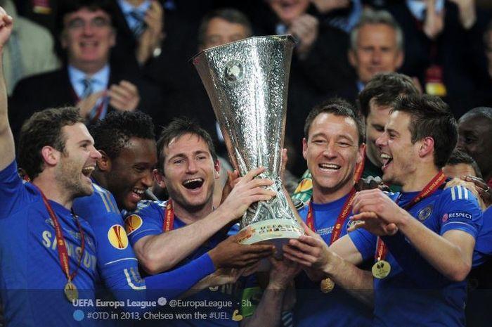 Para pemain Chelsea merayakan gelar juara Liga Europa musim 2012-2013 setelah mengalahkan Benfica pada laga final, 15 Mei 2013 di Johan Cruijff ArenA, Amsterdam.