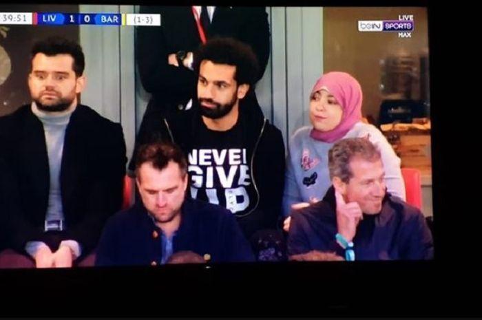 Penyerang Liverpool, Mohamed Salah bersama sang istri, Magi Salah saat menyaksikan laga Liverpool Vs Barcelona di semifinal leg kedua Liga Champions 2018-2019.