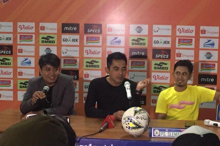 Pelatih PSS Sleman, Seto Nurdiantoro ditemani kapten tim, Bagus Nirwanto dalam jumpa pers seusai laga kontra Arema FC, Rabu (15/5/2019) malam.