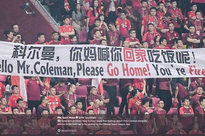 Penggemar Hebei mengangkat spanduk dengan tulisan menyindir Coleman setelah klub menderita kekalahan 3-2 dari Henan Jianye pada Minggu (12/5/2019).