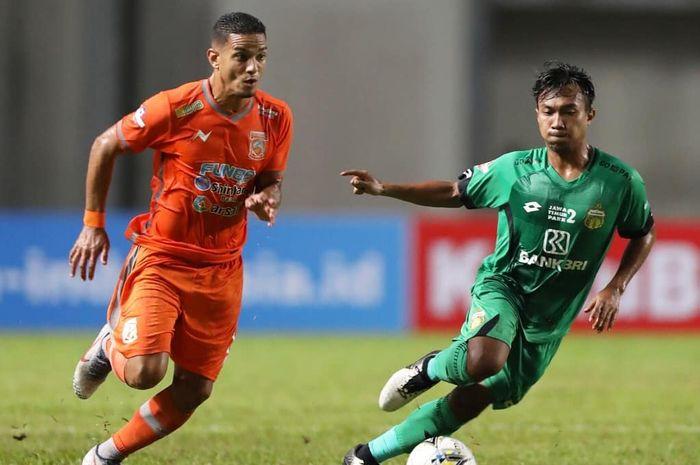 Pemain Borneo FC Renan Silva (kiri) berebut bola dengan Muhamad Hargianto (kanan) pada laga kontra Bhayangkara FC pada pekan pertama Liga 1 2019 di Stadion Aji Imbut, Tenggarong, Kamis (16/5/2019).