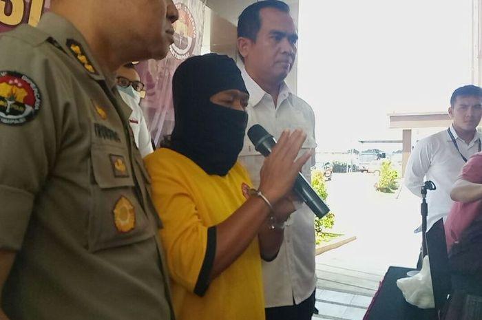 RGS (45), warga Desa Kejuden Kecamatan Depok Kabupaten Cirebon ini ditangkap polisi lantaran mengunggah video hoaks yang seolah rapat rekapitulasi tertutup.