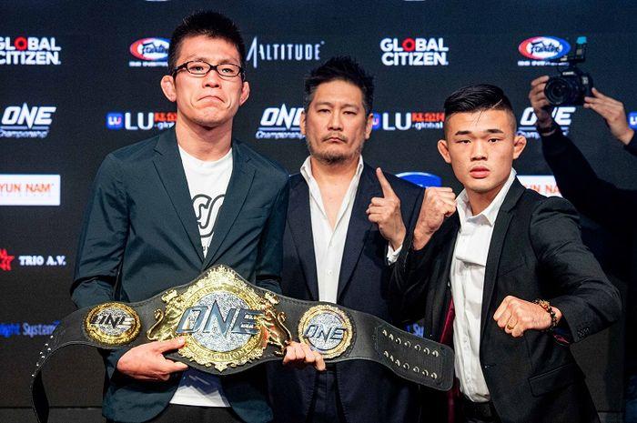 Chairman sekaligus CEO ONE Championship, Chatri Sityodtong (tengah) berpose bersama atlet asal Jepang, Shinya Aoki (kiri), dan petarung dari Singapura, Christian Lee.