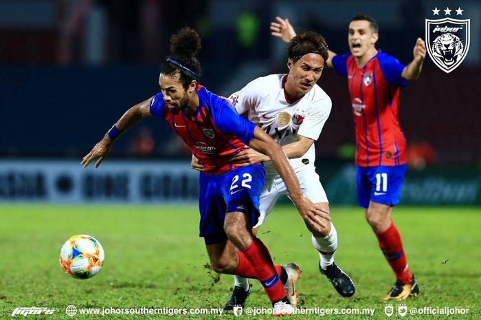 Bek kiri Johor Darul Takzim, La'Vere Corbin-Ong (depan) saat akan lepas dari kawalan pemain Kashia Antlers pada laga Liga Champions Asia 2019 di Stadion Larkin, 8 Mei 2019.